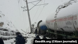 Снежный оползень перевернул поезд На Камчикском перевале.