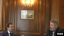 """Россия -- Президент Дмитрий Медведев """"Новая газетанын"""" редактору Дмитрий Муратовдун суроолоруна жооп берүүдө."""