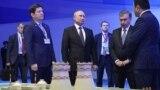 Орус-өзбек лидерлери Өзбекстанда курула турган АЭСтин макети менен таанышып жатышат. 19-октябрь, 2018-жыл.