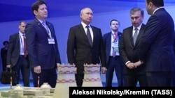 Президент России Владимир Путин и президент Узбекистана Шавкат Мирзияев у макета АЭС на церемонии, посвященной началу работ по определению места расположения будущей атомной электростанции. Ташкент, 19 октября 2018 года.