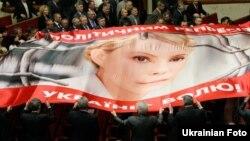 Депутати від БЮТ заважають виступу Януковича в Раді вигуками «Юлі - волю!»