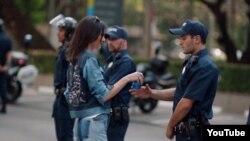 Kendall Jenner u jednom trenutku nudi Pepsi policajcu koji obavalja dužnost na demonstracijama