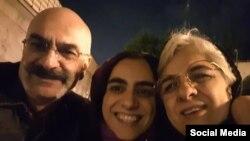 ارس امیری پس از آزادی از زندان در سال گذشته همراه با مادر و پدرش.