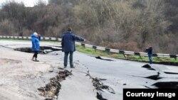 Трасса Севастополь-Бахчисарай-Симферополь разрушается из-за оползня