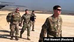 Generalul amaican Jospeh Votel, șeful comadamentului trupelor din Siria vizitând o bază aeriană din nord-estul Siriei