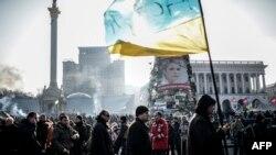 Украина -- Протесующие рано утром стоят на площади Незалежности в Киеве, 21 ферваля 2014 г.