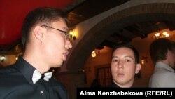 MIB клубының мүшесі әрі жоба кураторы Әлібек Тінәлиев (оң жақта). Алматы, 7 тамыз 2014 жыл.