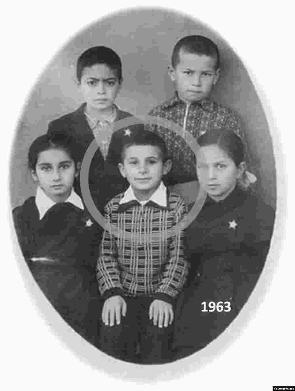 Elton Quliyev uşaqlıq zamanı (ortada)