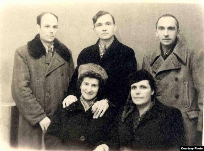 Ларыса і Янка Геніюшы з былымі сулягернікамі. Крайні зьлева – Васіль Супрун. Зэльва, 1958 год