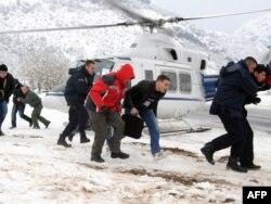 Spasilačke ekipe evakuišu građane blokirane u snijegu, 13. februar 2012.