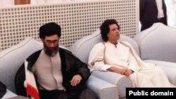 دیدار آیت الله علی خامنه ای (چپ) با معمر قذافی در دوران ریاست جمهوری وی.