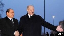 Belarusian President Alyaksandr Lukashenka (right) welcomes Italian Prime Minister Silvio Berlusconi to Minsk.