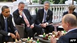 Барак Обама в гостях у Владимира Путина в Ново-Огарево. 7 июля 2009 года