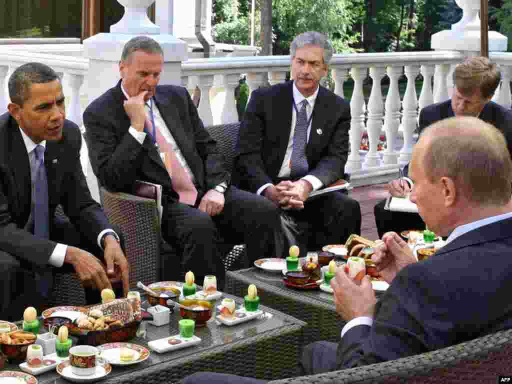 Rusija - Susret Obama - Putin - Uz tradicionanu rusku kuhinju, na terasi Putinove rezidencije, izvan Moskve, u Novom-Ogarevu susreli su se Obama i Putin.