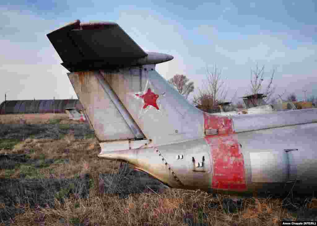 Советская звезда на хвосте реактивного самолета «Дельфин». Суммарная стоимость самолетов и аэродрома оценивается примерно в 1,8 миллиона долларов