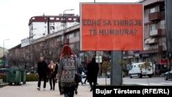 """Në njërin nga bilbordet e vendosura në Prishtinë shkruan: """"Edhe sa thirrje të humbura"""""""