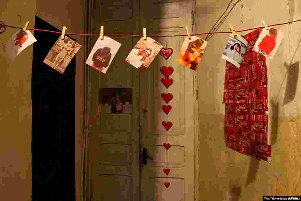 Фотографии в коридоре в тбилисской квартире. Фотограф Тико Цхведадзе говорит, что не знает, кто здесь живет. «Возможно, кто-то влюбленный в фотографию или просто влюбленный».