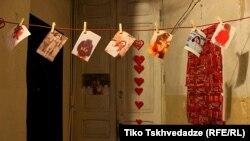 """Çap edilmiş fotolar Tbilisidəki bir evin dəhlizindən asılıb. Fotoqraf Tiko Tskhvedadzeburada kimin yaşadığını bilmədiyini söyləyir. """"Ola bilər bu adam fotoqrafiya aşiqidir, ola da bilər, sadəcə, aşiqdir"""""""