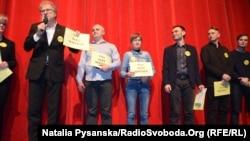 На сцене Берлинского международного кинофестиваля выступающие появились с плакатами «Free Oleg Sentsov»