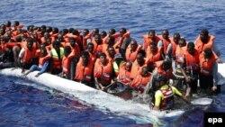 Իտալացի փրկարարները ափ են հասցնում Միջերկրականով Եվրոպա ուղևորվող միգրանտներին, արխիվ