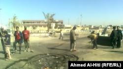 عمال ينظفون مكان الإنفجار