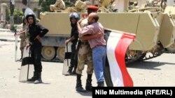 معترضان مصری حامی ارتشاند و هواداران مرسی عملکرد آن را کودتا مینامند