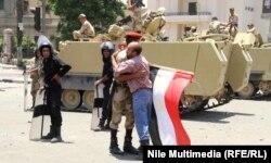 Супротивник президента братається з військовими, Каїр, 4 липня 2013 року