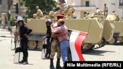 یکی از معترضان به محمد مرسی، سربازی را به نشانه قدردانی از اقدامات ارتش در آغوش میگیرد.