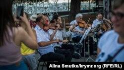 Оркестр грає на набережній в Ялті, архівне фото