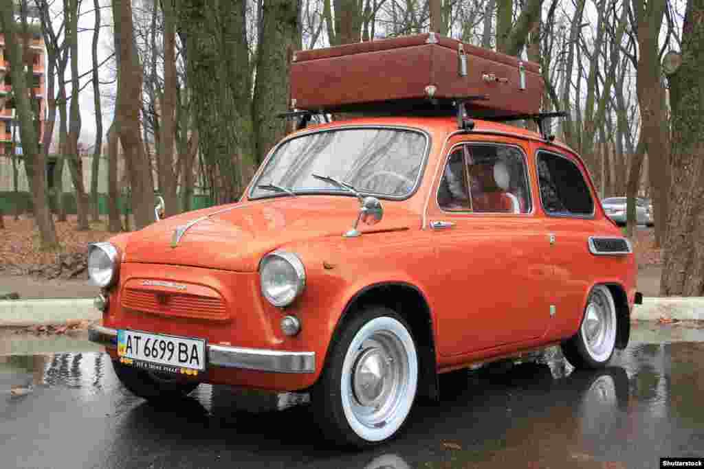 """В 1961 году в Советском Союзе появился ЗАЗ-965, почти идентичная копия Fiat. Советские инженеры на нее установили даже заднепетельные двери, которые на Западе называют """"самоубийственными"""". К 1960-м годам все большее число обычных советских граждан смогли приобрести легковые автомобили, хотя и после длительного ожидания"""
