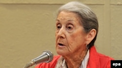South African Nobel laureate Nadine Gordimer speaks at an international book fair in Havana, Cuba in 2010.
