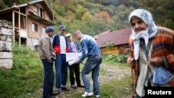 Сребреница маңында тұратын адамдарды санақ кезінде тіркеп жатқан санақшы. 1 қазан 2013 жыл