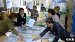 Члены избирательной комиссии после закрытия избирательного участка в Астане. Иллюстративное фото.