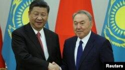 Қазақстан президенті Нұрсұлтан Назарбаев Астанада өткен ШЫҰ саммиті аясында Қытай төрағасы Си Цзиньпинмен кездесіп тұр. 8 маусым 2017 жыл.