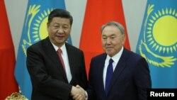 Президент Китая Си Цзиньпин (слева) и президент Казахстана Нурсултан Назарбаев. Астана, 8 июня 2017 года.