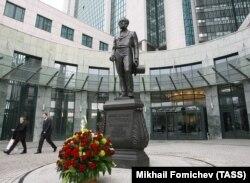 Памятник Николаю Кристофари, открытый во внутреннем дворе офиса Сбербанка в Москве в марте 2007 года