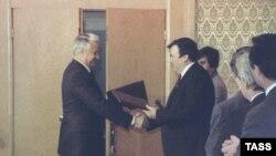 09/21/1990. Boris Yeltsin, Mircea Snegur