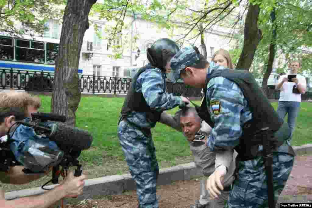 """Инаугурация көнендә оппозициянең """"Ак шәһәр"""" протест чарасына чыгучыларны тоткарлаулар"""