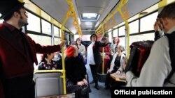 Театарска претстава во автобусот бр. 19 во Скопје.