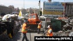 Разбор баррикад на площади Независимости, 15 июля 2014