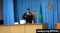 Судья Аралбай Нағашыбаев үкімді оқып тұр. Ақтау, 4 маусым 2012 жыл.