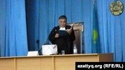 Судья Аралбай Нағашыбаев үкімді оқып тұр. Ақтау, 4 маусым 2012 жыл. Суретті блогшы Дина Байділдаева түсірген.