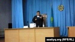 """Судья Аралбай Нагашыбаев оглашает приговор по делу """"о беспорядках в Жанаозене"""". Актау, 4 июня 2012 года. Фото предоставлено блогером Диной Байдилдаевой."""