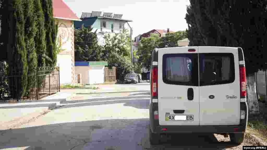 Кому не вистачило місця паркуються уздовж дороги або ж у дворах