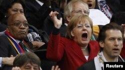 Ангела Меркель на стадионе в Кейптауне радуется победе немецкой сборной