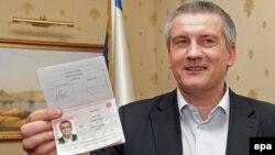 Сергей Аксенов орус паспортун көрсөтүүдө. Симферополь, 20-март, 2014-жыл