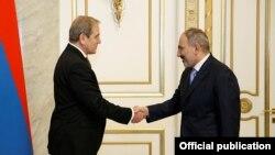 Премьер-министр Армении Никол Пашинян (справа) принимает президента Черноморского банка торговли и развития Дмитрия Панкина, Ереван, 10 февраля 2020 г.