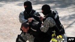 Македонська поліція затримує чоловіка, якого підозрюють у причетності до вбивства п'ятьох осіб. Скоп'є, 2 травня 2012 року