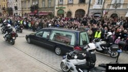 The hearse bearing the coffin of the late President Lech Kaczynski drives through Warsaw
