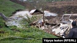 Өзгөндөгү жер көчкөн Аюу айылы. 29-апрель, 2003-жыл.